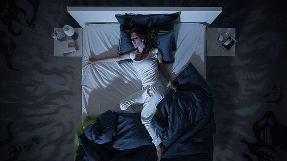 Schlafzimmer kühlen? Gar nicht so einfach im Sommer. Diese Tricks helfen - Foto: Istock/demaerre
