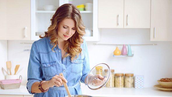 Mit unseren Suppenrezepten purzen die Pfunde. - Foto: elenaleonova/iStock