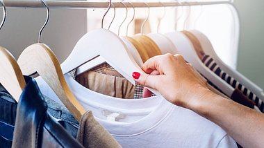 Schrank ausmisten: Eine ideale Beschäftigung, wenn du alleine bist. - Foto: Circle Creative Studio/iStock
