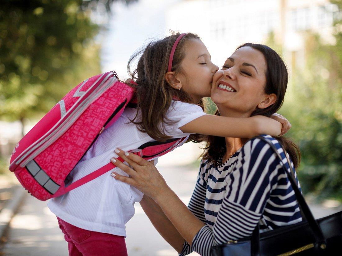 Mädchen trägt pinken Schulrucksack für Mädchen