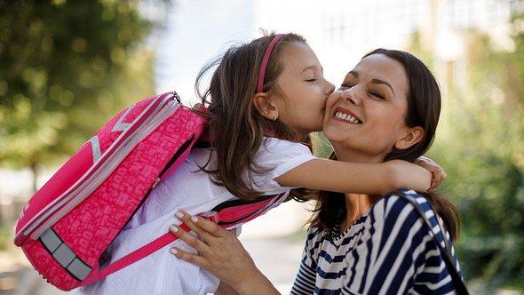 Mädchen trägt pinken Schulrucksack für Mädchen - Foto: iStock/damircudic