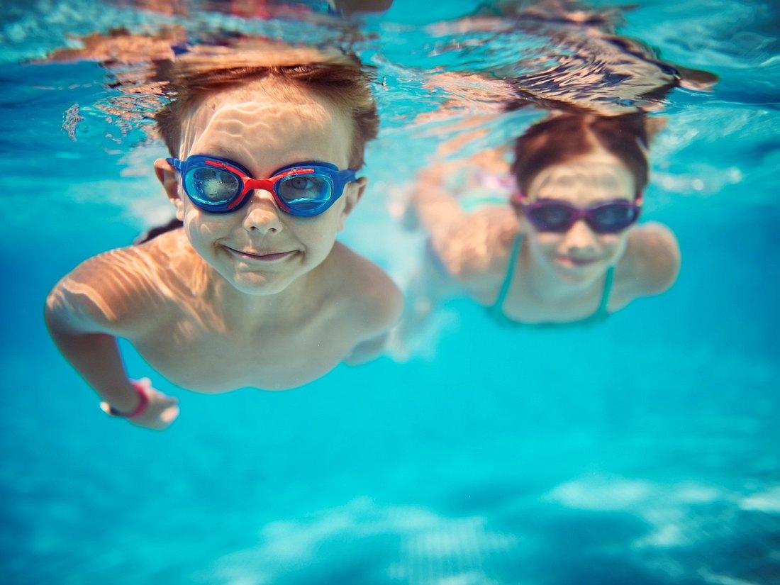 Kinder mit Schwimmbrille für Kinder