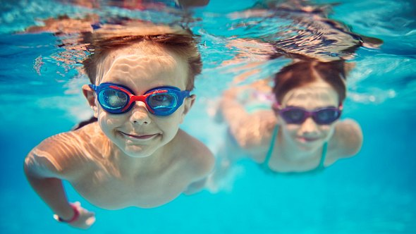 Kinder mit Schwimmbrille für Kinder - Foto: iStock/Imgorthand