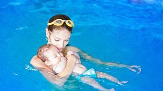 Baby in Schwimmwindeln mit Mutter zusammen beim Babyschwimmen - Foto: iStock/FamVeld