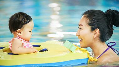 Ein Baby-Schwimmring bedeutet Sicherheit für Eltern und Kind - Foto: iStock / AJ_Watt