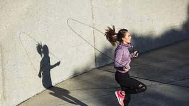 Seilspringen: Übungen & Workout-Plan zum Abnehmen und Straffen - Foto: jacoblund/iStock