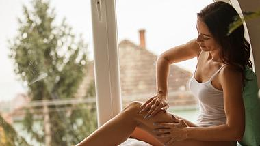 Vom ständigen Sitzen im Homeoffice bist du völlig verspannt? Dann solltest du mal eine Selbstmassage ausprobieren. - Foto: fotostorm/iStock