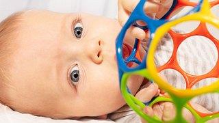 Kind mit Sensorik-Bällen fürs Baby - Foto: iStock/SerrNovik