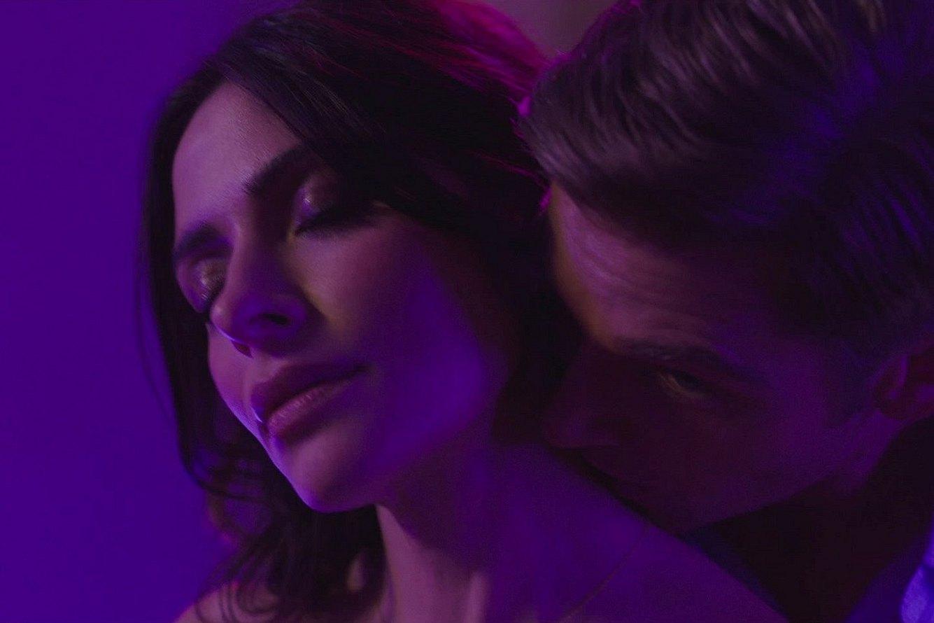 In der Netflix-Serie Sex-Life befindet sich Billie (links) in einer Dreiecksbeziehung