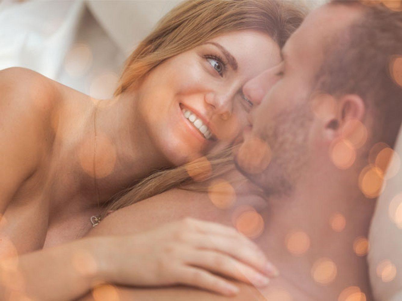 Sex ist das schönste Mittel zum Beziehung stärken - dank der sexuellen Nachglüh-Phase, in der wir uns mit unserem Partner durch die erfahrene Befriedigung besonders verbunden fühlen.