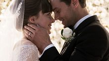 Romantisches Finale! In Fifty Shades of Grey - Befreite Lust geben sich Christian Grey und Anastasia Steele endlich das Ja-Wort und heiraten. - Foto: Universal Pictures