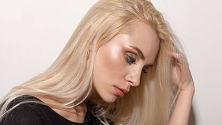 Portrait of the blonde on a white background - Foto: iStock/ Kaylas25