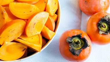 Die Sharonfrucht ist eine Züchtung der Kaki - das Obst schmeckt zuckersüß und ist dabei noch gesund! - Foto: iStock / Alfaproxima