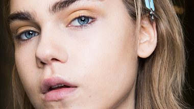 Shimmery Eyes sind der neue Make-up Trend. - Foto: Rosdiana Ciaravolo/gettyimages