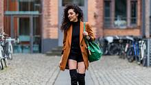 Shorts im Winter stylish zu kombinieren ist mit unseren Tricks für das perfekte Outfit ganz einfach!