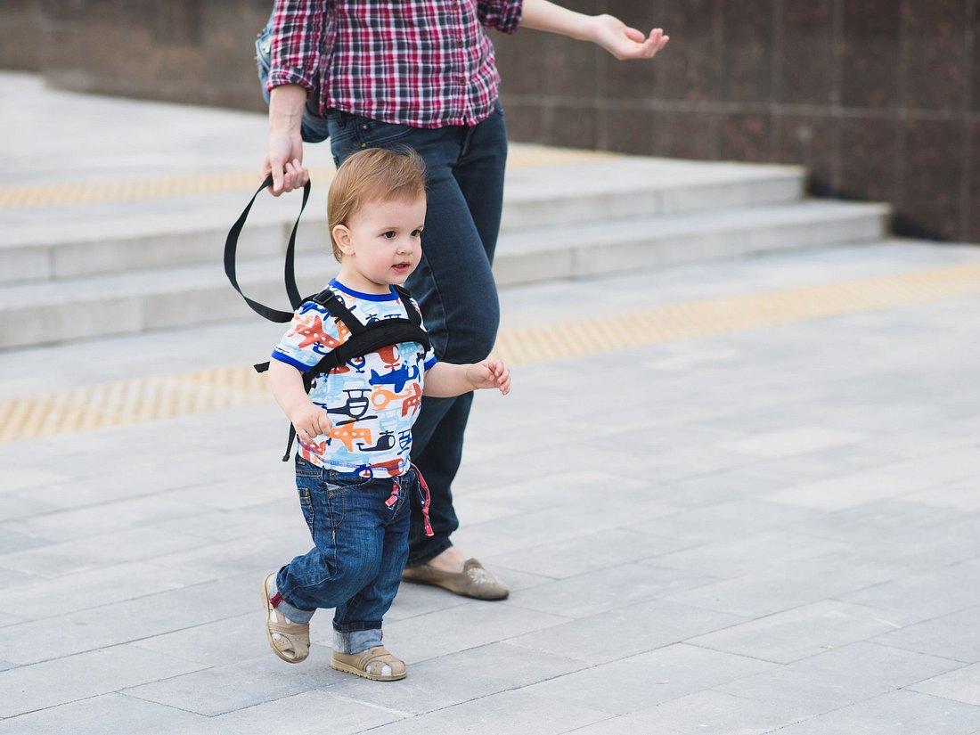 Kind läuft mit Sicherheitsleine