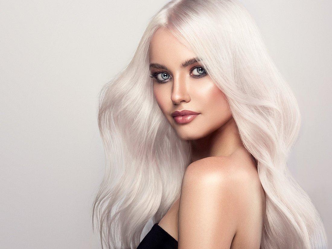 Foto einer Frau mit hellem blonden Haar, das silber glänzt
