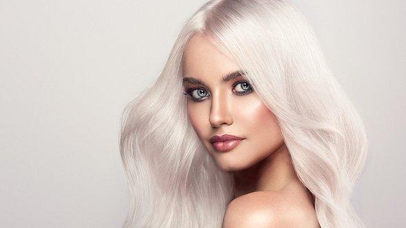 Foto einer Frau mit hellem blonden Haar, das silber glänzt - Foto: iStock/Sofia Zhuravets