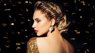 Silvester Frisuren sollen vor allem glamourös und dabei einfach zu stylen sein. - Foto: iStock