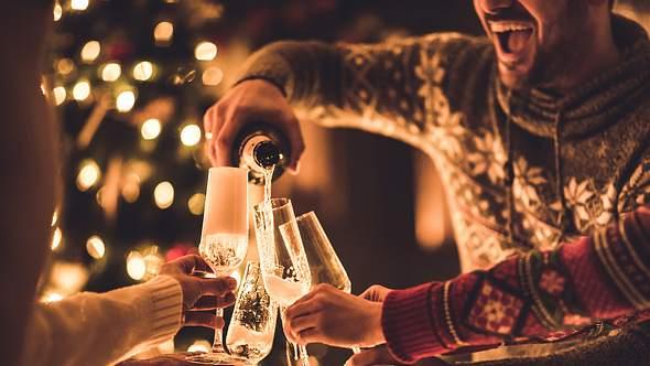 Silvesterspiele: Die 5 besten Partyspiele für Zuhause - Foto: skynesher/iStock