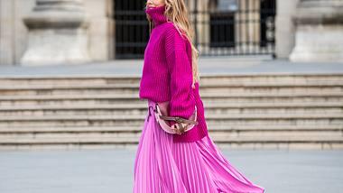 Slip-Dresses sind perfekt für kaltes Wetter. Wir verraten, wie du den Mode-Trend im Winter 2019 kombinierst. - Foto: Getty Images / Christian Vierig