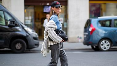 Slouchy Boots sind 2020 Trend. Wir verraten alles über die stylischen Begleiter und geben Outfit-Inspirationen. - Foto: Getty Images / Christian Vierig