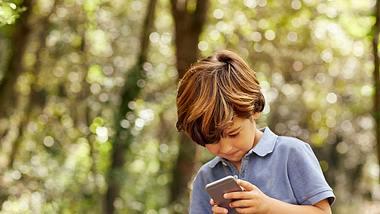 Smartphones für Kinder: Wann ist ein eigenes Handy sinnvoll? - Foto: iStock/ Morsa Images
