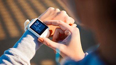 Smartwatch Vergleich: FitBit, Samsung, Garmin und mehr im Test - Foto: iStock/ Nastasic