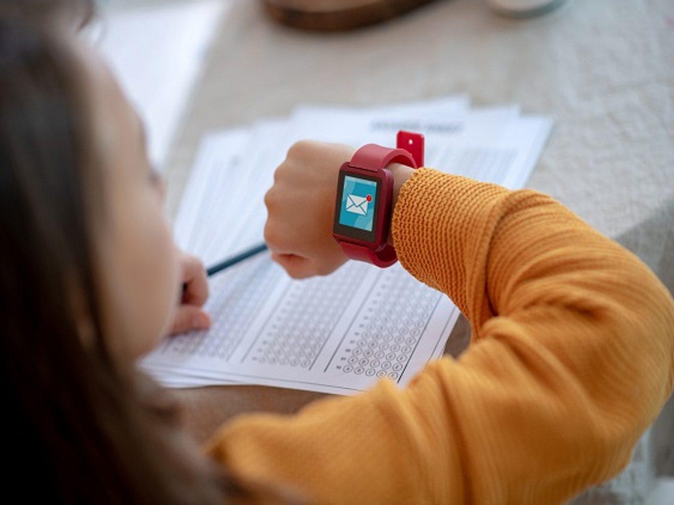 Mädchen mit Smartwatch für Kinder