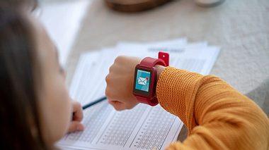 Mädchen mit Smartwatch für Kinder - Foto: iStock/Zinkevych