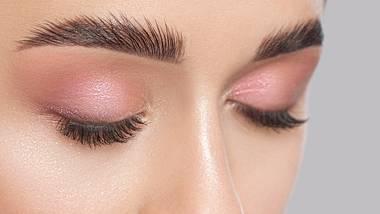 Augenbrauen können mithilfe von Seife in Form gebracht werden. - Foto: iStock/dimid_86