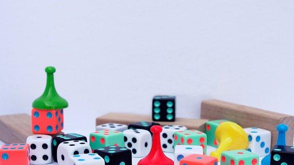 Solo-Brettspiele gibt es viele: Von Strategie- bis zu Kriminalspielen ist alles dabei - Foto: Stephanie Murton/iStock