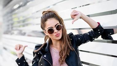 Bei den Sonnenbrillen ist es, wie bei Klamotten - nicht jede steht jedem gleich gut. Unterschiedliche Gesichtsformen brauchen eben unterschiedliche Brillen. - Foto: Extreme-Photographer / iStock