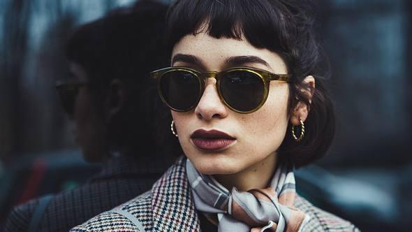 Sonnenbrillen-Trends 2021: Diese stylischen Modelle darfst du 2021 nicht verpassen - Foto: BenAkiba/iStock