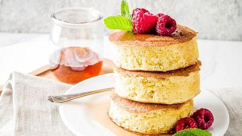 Diese fluffigen Soufflé Pancakes stammen aus Japan. - Foto: iStock/Rimma_Bondarenko