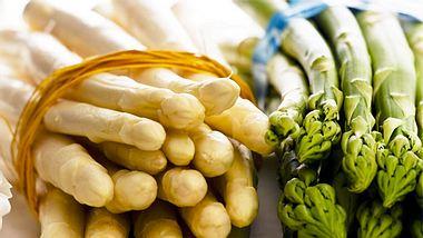 Weißen und grünen Spargel richtig kochen - Foto: iStock