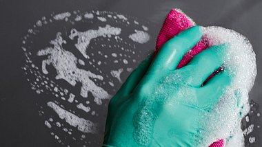 Spiegel putzen: Hausmittel erleichtern dir die Arbeit und sparen beim Glasreiniger - Foto: Thomas Marx/iStock