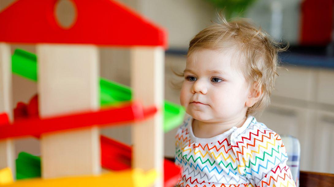 Mädchen spielt mit Spielcenter fürs Baby - Foto: Getty Images/iStockphoto