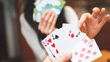 Spiele für 2 Personen: Die besten Spiele für Pärchen, Freunde und Co - Foto: Hakase_/iStock