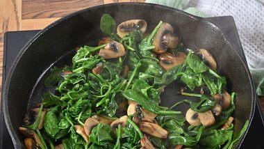 Spinat und Pilze in einer Pfanne - Foto: MSPhotographic/iStock