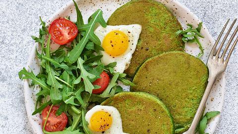 Spinatpfannkuchen schmecken sehr gut mit Spiegeleiern. - Foto: iStock/zefirchik06