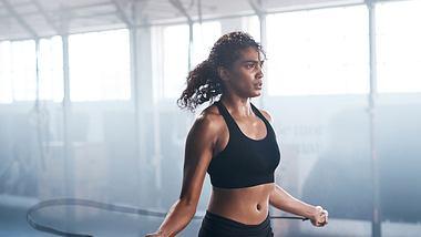 Wer sein Training an seinen Menstruations-Zyklus anpasst, kann optimaler Sport treiben: Alles, was du wissen musst. - Foto: iStock