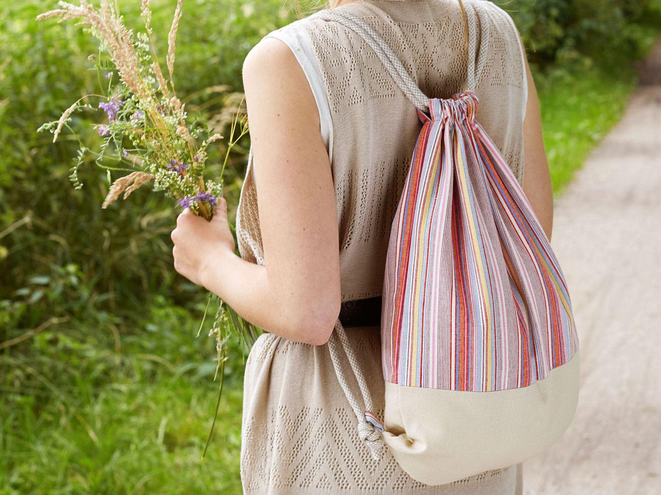Übrigens: du kannst diesen Rucksack aus diversen Stoffen nähen, probierdoch mal Jeans, Jersey oder Kunstleder aus!