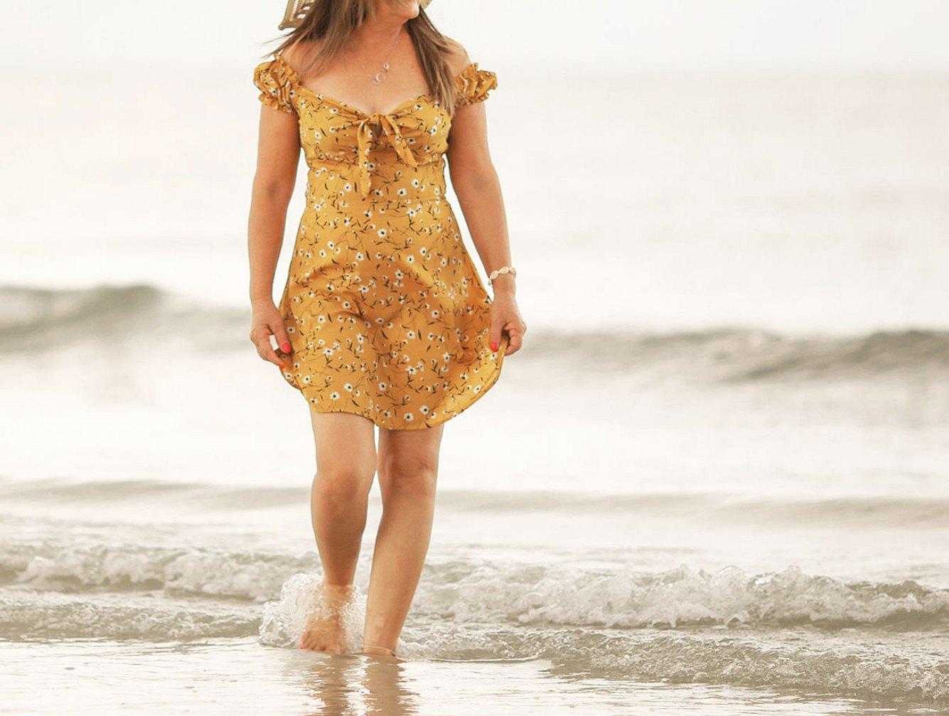 Strandkleider in Großen Größen: Model am Strand