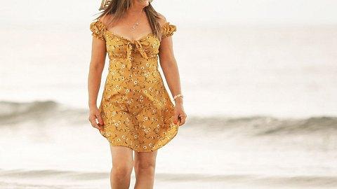Strandkleider in Großen Größen: Model am Strand - Foto: iStock/THEPALMER