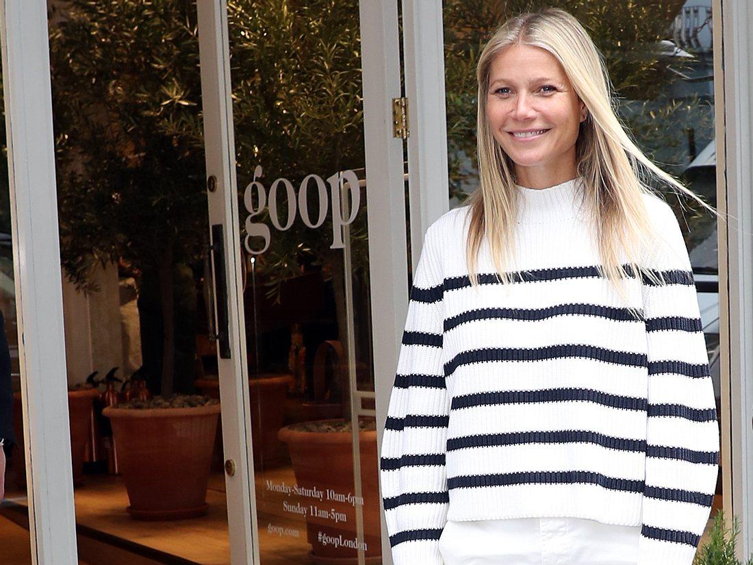 Gwyneth Paltrow in einem blau weiß gestreiften Strickpullover