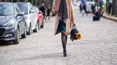 Ob Spitze oder Glitzer: So schön sind die Strumpfhosen Trends im Herbst - Foto: GettyImages