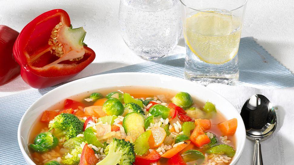 Schnell gemacht, super lecker und lässt die Pfunde purzeln - unsere Gemüsesuppe. - Foto: House of Food / Bauer Food Experts KG