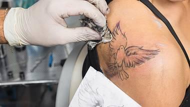 Tattoo pflegen von der Nachsorge bis zu langfristiger Farbintensität und Konturenschärfe: Darauf kommt es an! - Foto: Murat Deniz / iStock