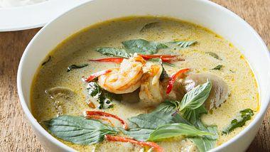 Eine thailändische Kokos Suppe kann sich jeder schnell zu Hause machen. - Foto: iStock/nattstudio